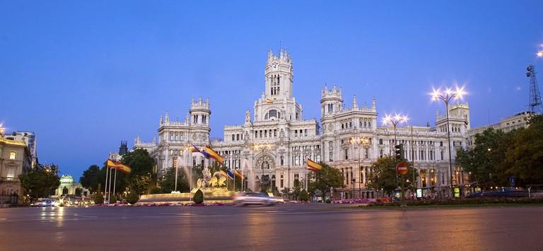 Palacio Cibeles at dusk | © Madrid Destino Cultura Turismo y Negocio