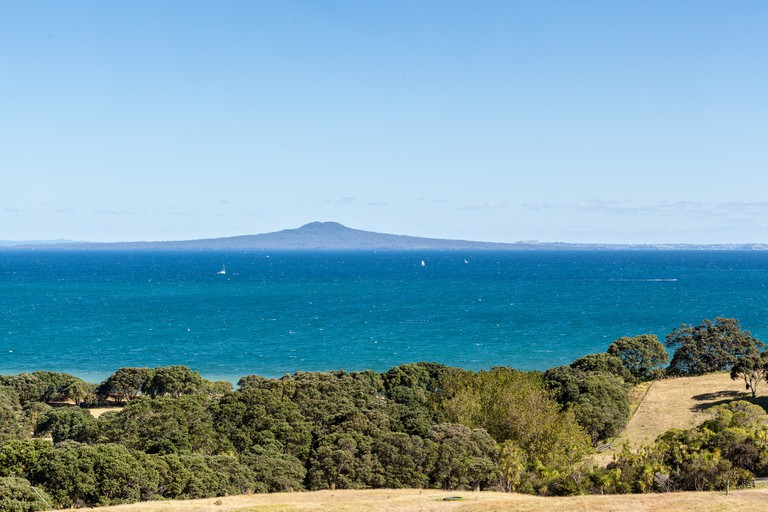 Rangitoto from Shakespear Regional Park │© russellstreet/Flickr