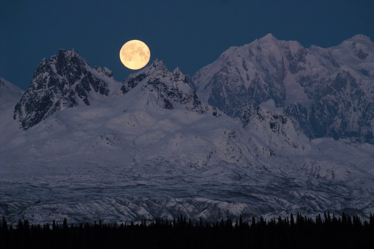 Full Moonrise over Mount McKinley Denali Mountain Range Alaska Midnight │© Christopher Boswell/Shutterstock