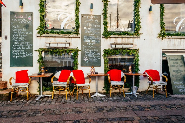 Vintage old fashioned cafe chairs with table in Copenhagen, Denmark │© nomadFra/Shutterstock