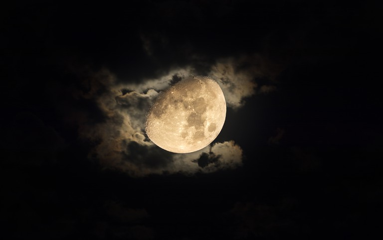 The moon on a cloudy night │© KS-Art/Shutterstock