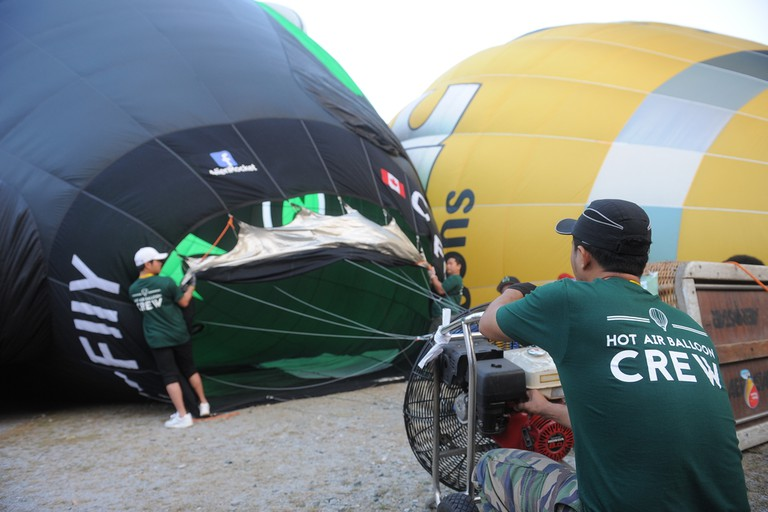 Crew assisting pilot during the inflation | Courtesy of AKA Balloon