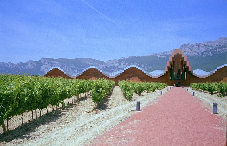 Bodegas Ysios, La Rioja, Spain | © Roberto Lumbreras / Wikimedia Commons