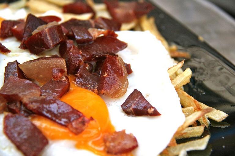 Huevos rotos with bacon   © Tamorlan/Wikipedia