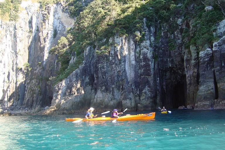 Sea Kayaking from Hahei, New Zealand | © Takver/Wikimedia Commons