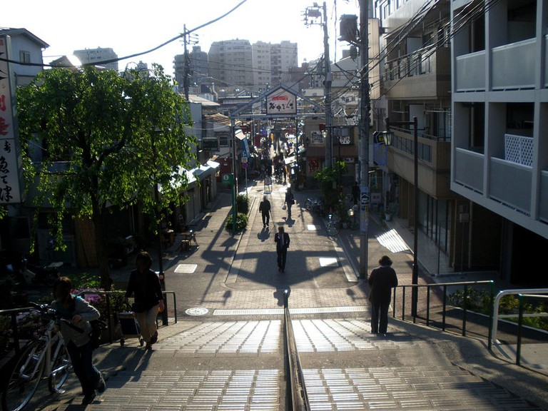 View of entrance to Yanaka Ginza from the eastern stairs | © Kentin/WikiCommons