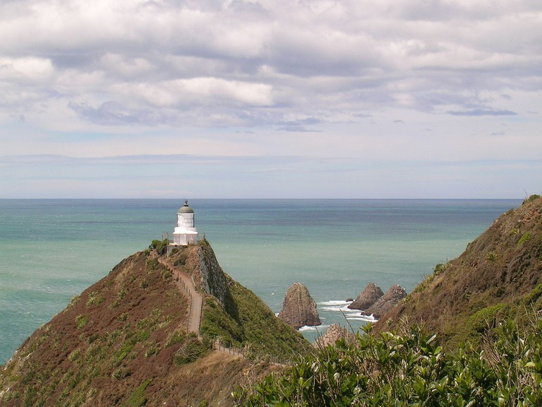 Nugget Point Lighthouse in The Catlins | © Wikimedia Commons