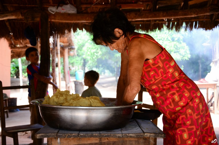 Local woman kneading dough © Abriles_ / Flickr