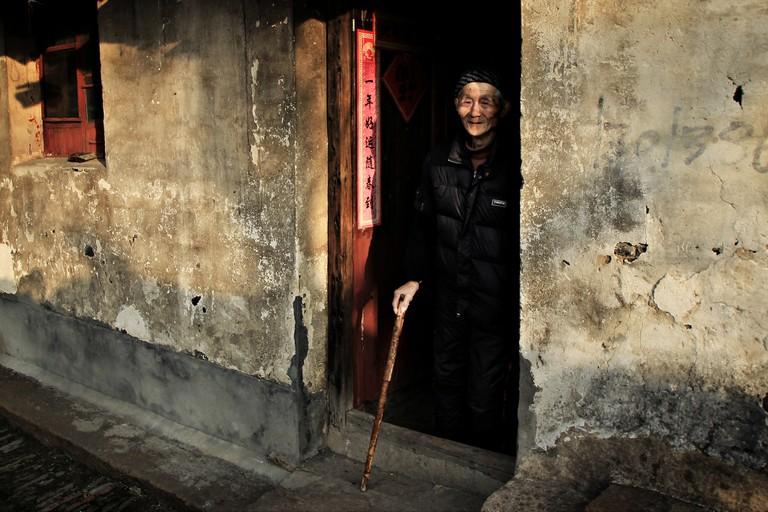 Old Man Smiling in His Door | ©Till Kuhn/Flickr