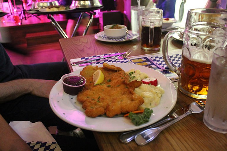 Schnitzel and potato salad © Connie Ma / Flickr