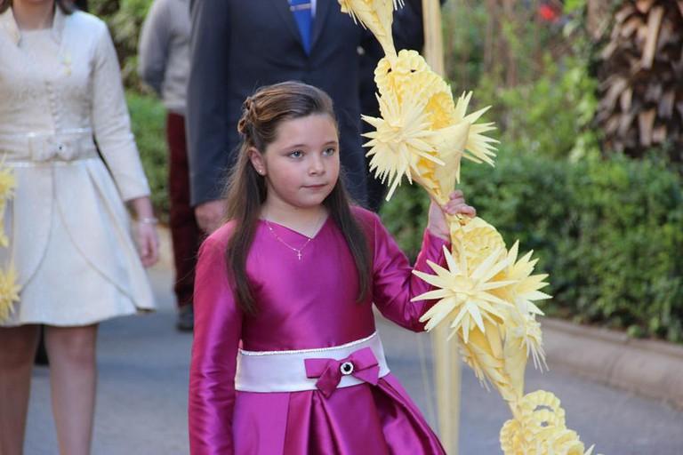 A little girl with an ornate palm © Premsa Ajuntament de Torrent
