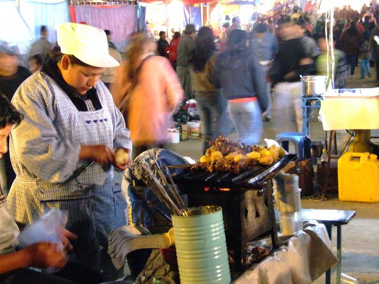 Cholita selling anticucho | © lilap/Flickr
