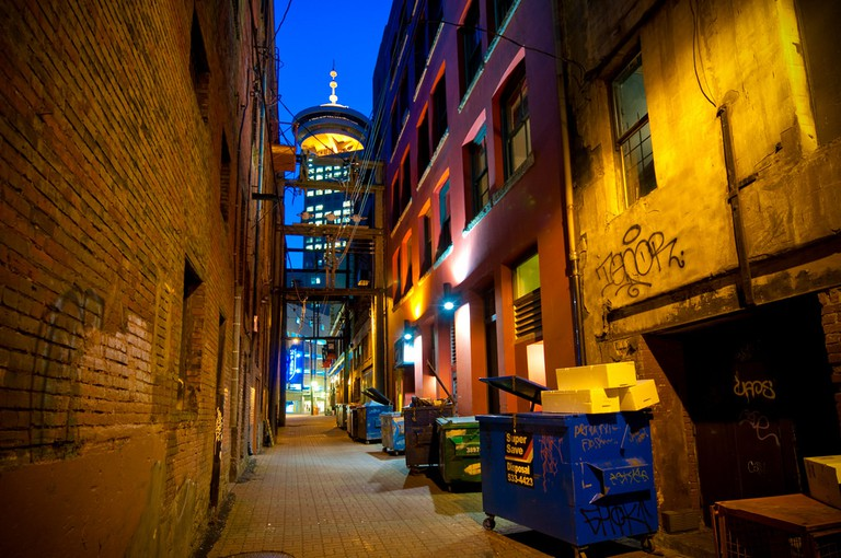 Looking up in a downtown alley | © Kenny Louie / Flickr