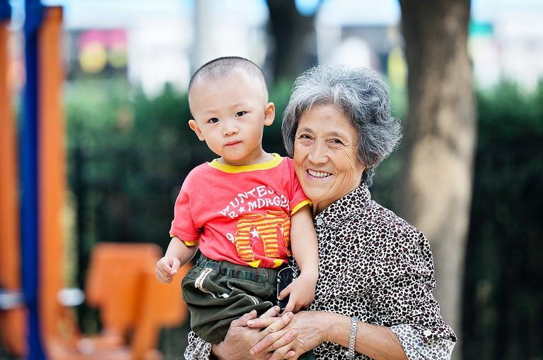 A Boy and his Grandma |©li yong/Flickr