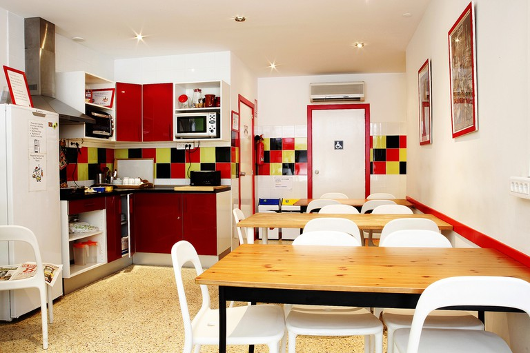Kitchen area of a typical hostel   © Oh-Barcelona.com/Flickr