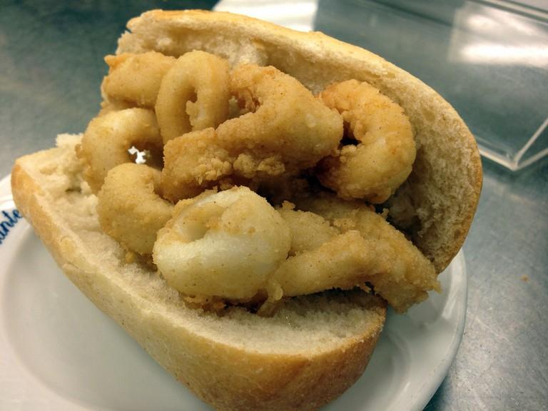 A traditional calamari sandwich in Madrid | ©LWYang/Flickr