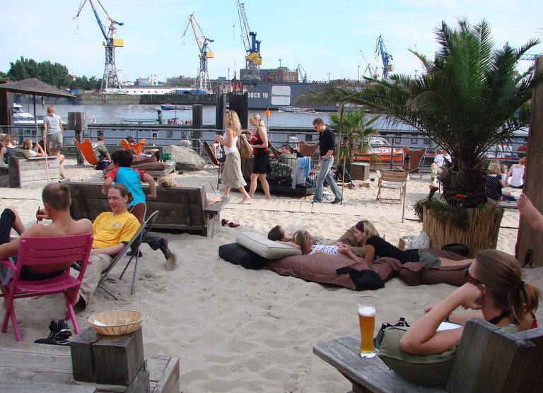 Relaxing at a beach bar | © Photocapy / Flickr