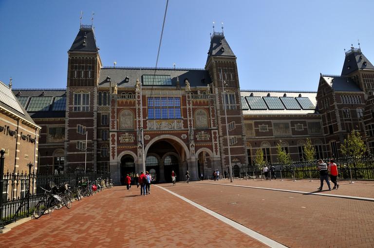 A cycle lane runs right through the Rijksmuseum | © martin_vmorris / Flickr
