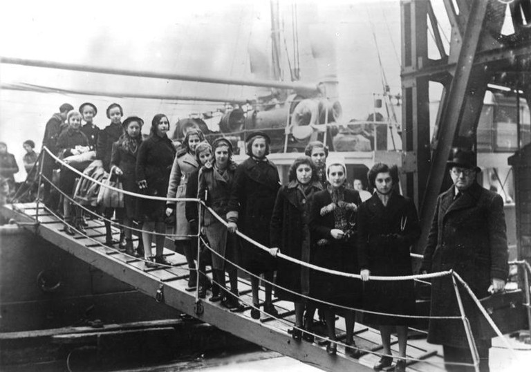 Arrival of Jewish refugee children at the port of London in 1939 | ©Bundesarchiv / Wikimedia Commons