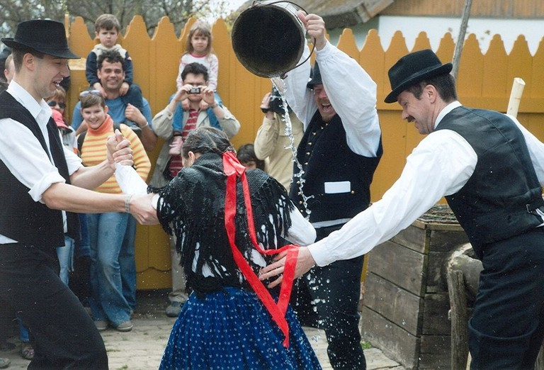 Hungarian Easter water tradition | © Opusztaszer / Wikimedia Commons