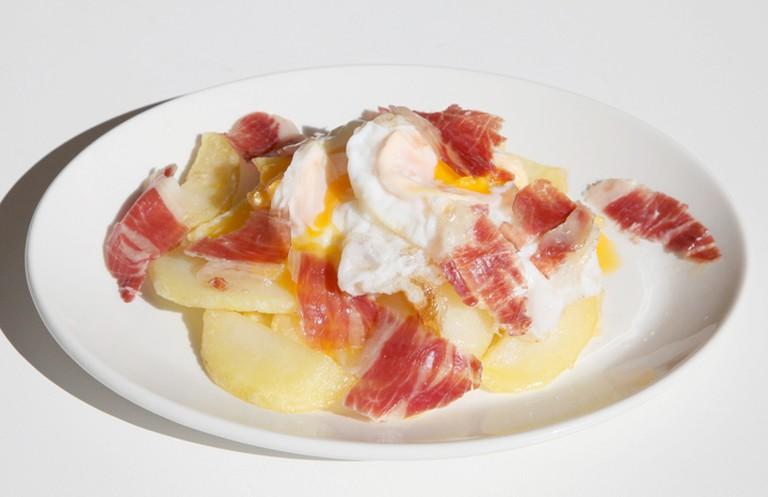 Huevos rotos and ham   © Casa Del Abuelo