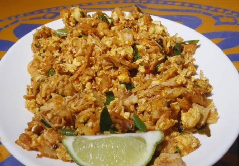 Fried Chicken Kottu Roti served with a slice of lime.| © Amila Tennakoon - Flickr