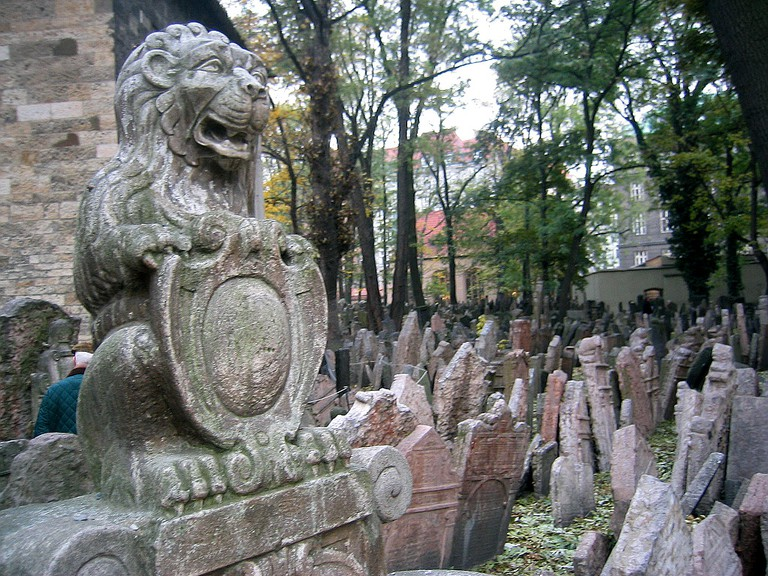 Tombstones at the Old Jewish Cemetery in Prague | ©Andreas Praefcke / Wikimedia Commons
