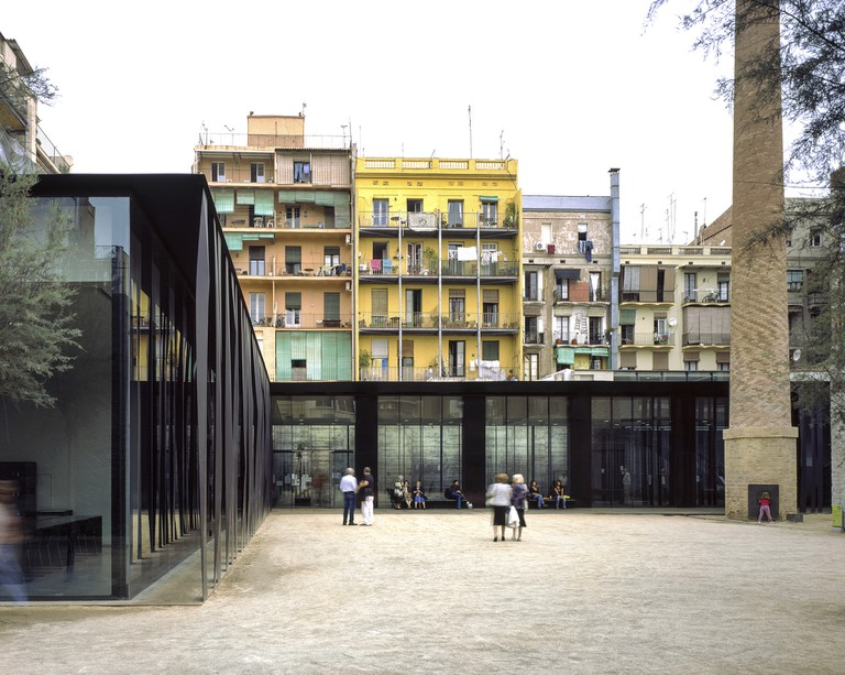 Sant Antoni – Joan Oliver Library, Senior Citizens Center and Cándida Pérez Gardens, 2007, Barcelona, Spain | © Hisao Suzuki