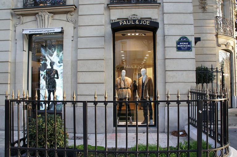 Shops on Avenue Montaigne │© Martin Greslou / Wikimedia Commons