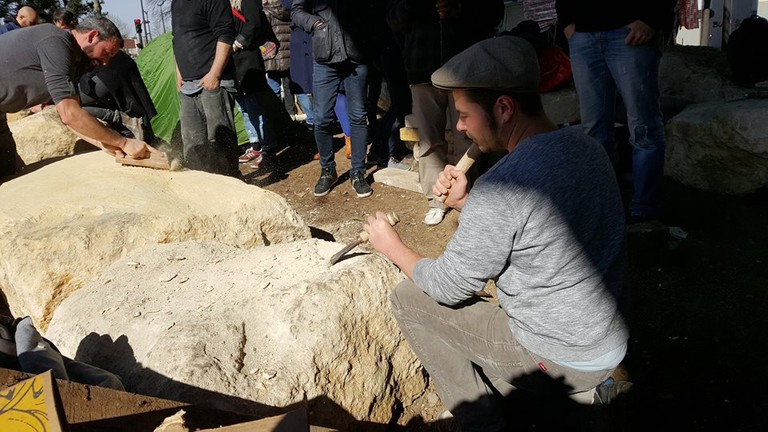Stonemasons at work │ Courtesy of Cœurs de Pierre et Solidaires