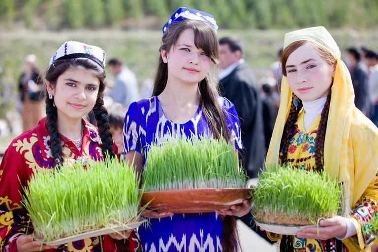 Tajik girls celebrate Nowruz   © Franrasyan / Wikimedia Commons