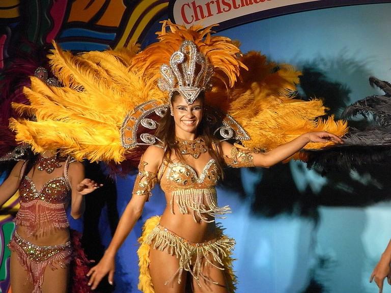 1024px-HK_TST_night_柏麗購物大道_Park_Lane_Shopper's_Boulevard_巴西_Brasil_森巴舞娘_Samba_female_dancers_Nov-2010_08