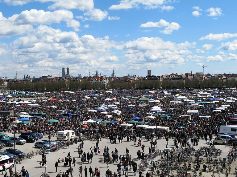 "<ahref=""https://commons.wikimedia.org/wiki/File:MUC_ThWiese_Flohmarkt.jpg"">The Riesenflohmarkt | © Bbb/Wikicommons</a>"