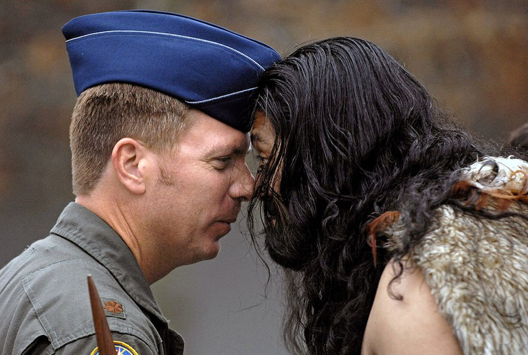 Hongi Between a Maori Warrior and a Member of the US Airforce | © Wikimedia Commons