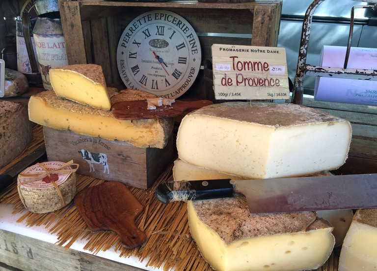Delicious cheeses from the food market in Arles | © JohnPickenPhoto/Flickr