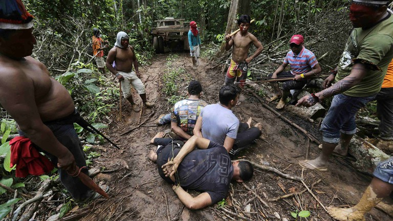 Members of the rival Ka'apor tribe with three illegal logger captives | © Jordi Bernabeu Farrús/Flickr