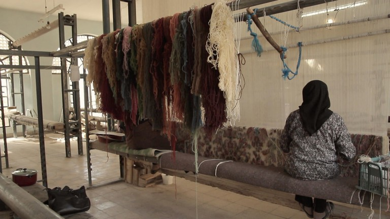 Rugs are woven on looms with sheep's wool dyed with plants and insects | © OXLAEY.com / Flickr