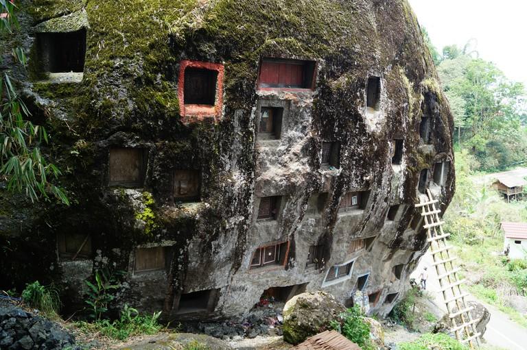 Rock graves in Tana Toraja| © Niek van Son / Flickr