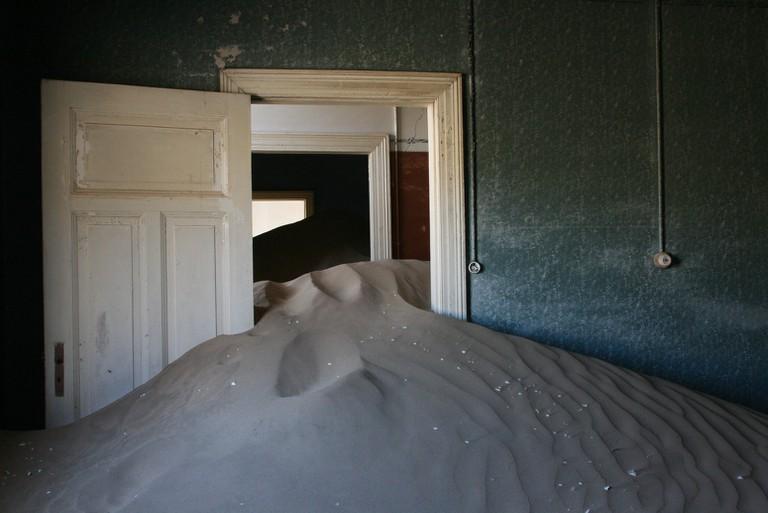 Sands reclaim the homes in XX | © Michiel Van Balen / Flickr