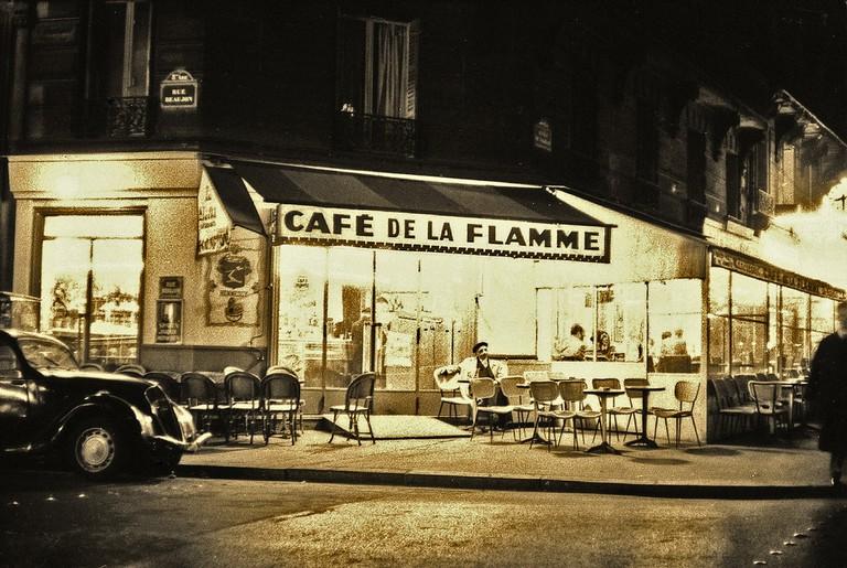 Café de la Flamme, Paris (1956) │© Maurice Sapiro
