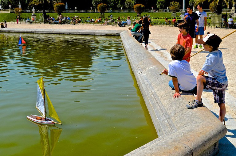 Children boating in the Grand Bassin of the Jardin du Luxembourg │© David McSpadden / Wikimedia Commons