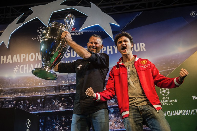 Giggs with Champions League trophy and lucky fan. | © Getty images