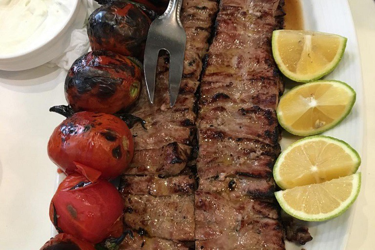 Barg kabob served with grilled tomatoes | © Rye-96 / Wikimedia Commons