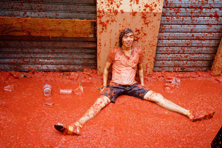Bunol, Spain. 30th Aug, 2017. Tomatina de Bunol, Valencia, SpainMore than 22,000 people have come to the world's largest tomato hguerra. It has thrown 16 tonnes of ripe tomatoes. Credit: Salva Garrigues/Alamy Live News