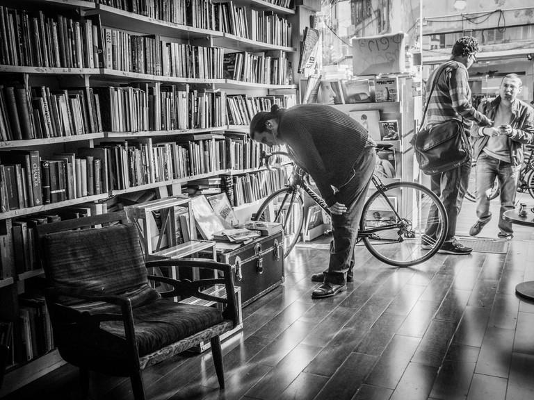 Men at a bookstore | © plofiz/ Flickr