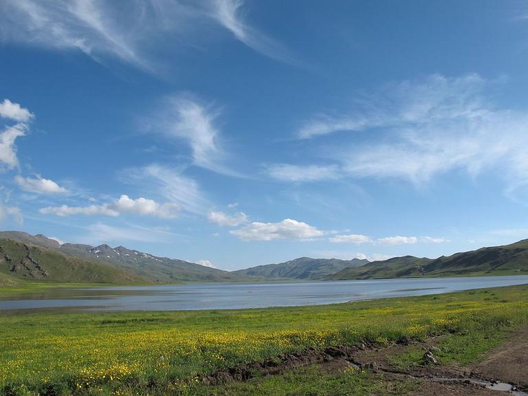 Hikers often camp around Neor Lake | © reza mazaheri / Wikimedia Commons