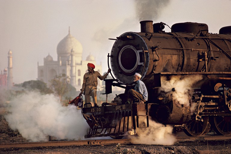 Taj and train, India, Agra, 1983 | © Steve McCurry / Magnum Photos