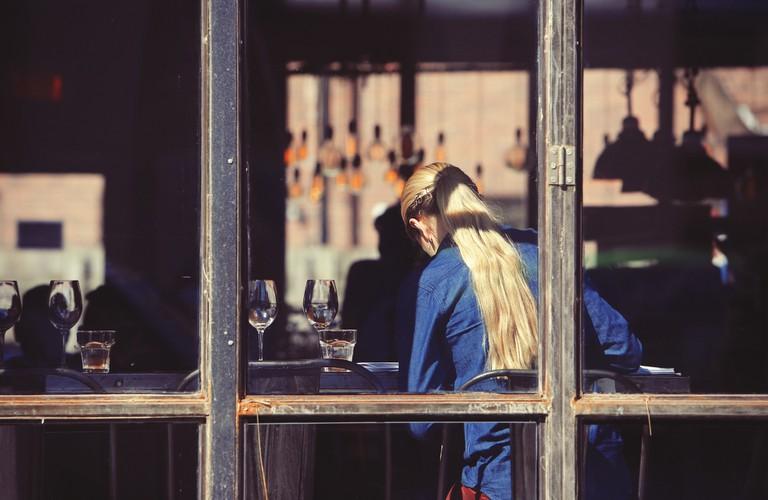 Server in restaurant | © StockSnap/Pixabay