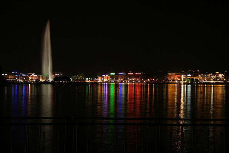 The Jet d'Eau at night