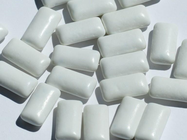 "<a href=""https://pixabay.com/en/chewing-gum-chew-white-2153918/"">Chewing Gum | © davidgaigg/Pixabay</a>"
